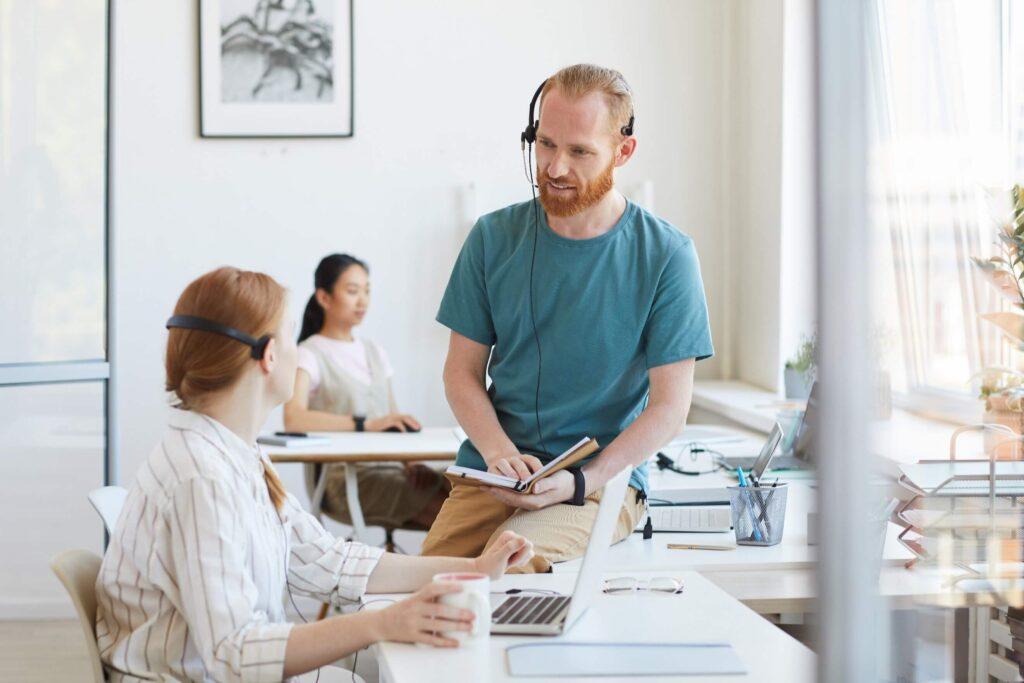 serviço de atendimento ao cliente - pessoas trabalhando